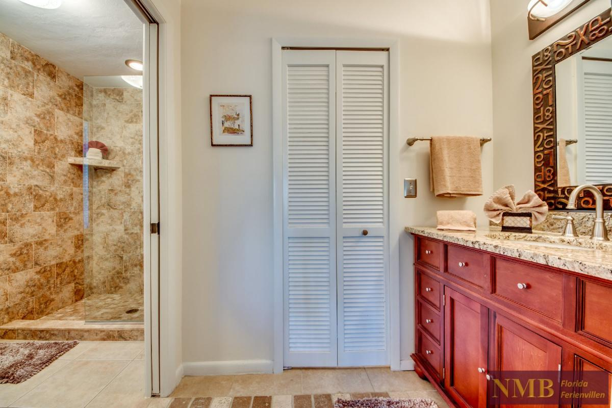 Vacation Home Lions Garden_Master_Bathroom