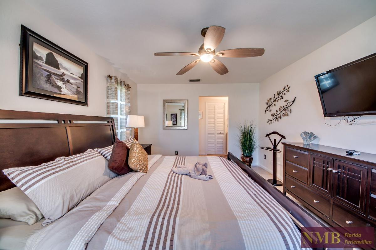 Vacation Home Lions Garden_Master_Bedroom