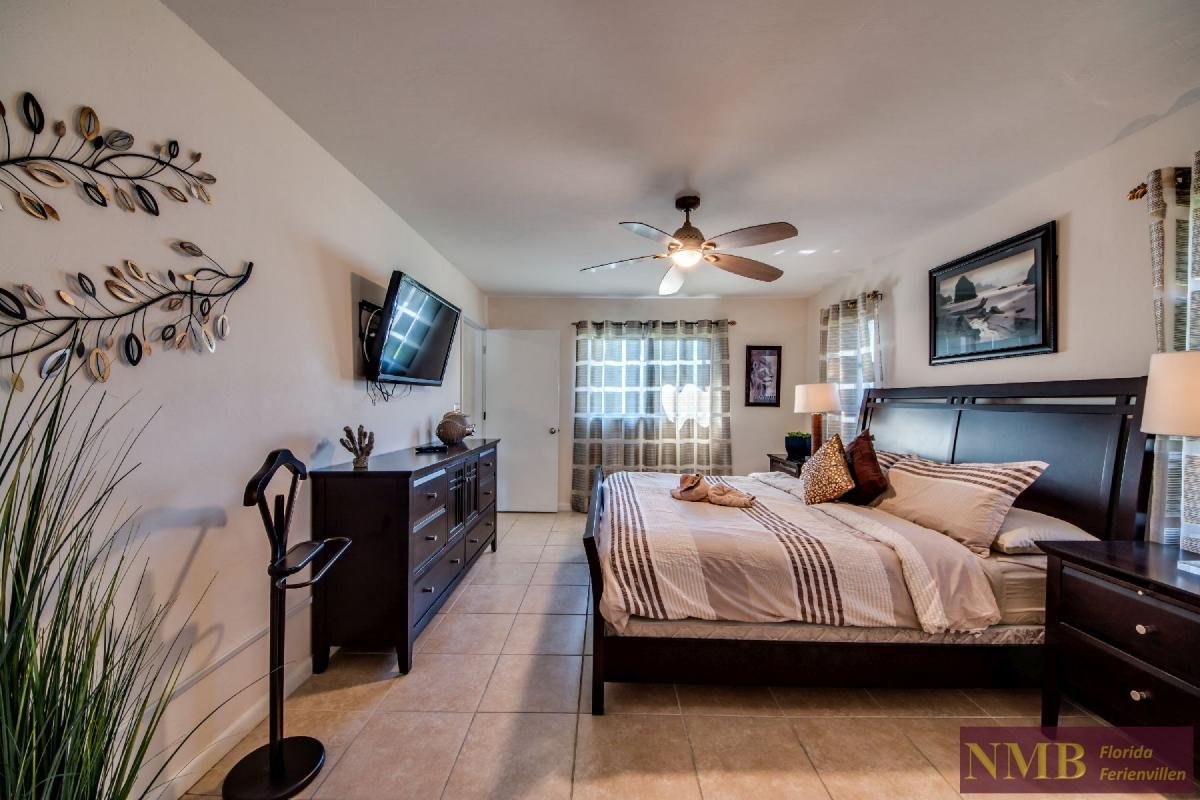 Vacation Home Lions Garden_Master_Bedroom_2