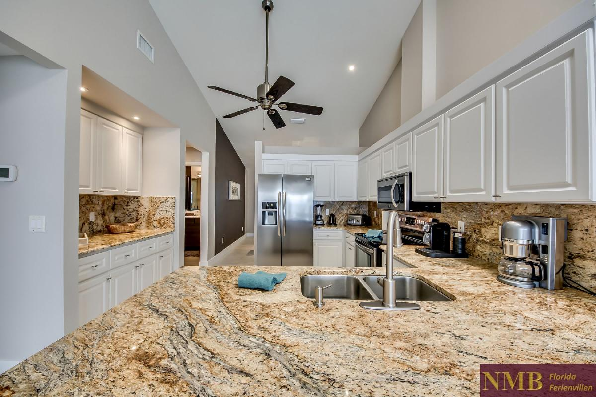 Vacation_Rental_River_Pearl_Kitchen_2