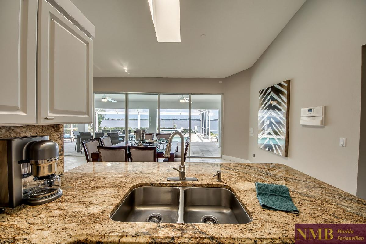 Vacation_Rental_River_Pearl_Kitchen_5