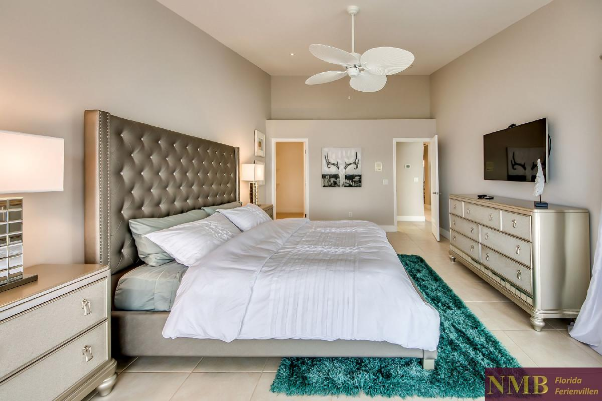 Vacation_Rental_River_Pearl_Master_Bedroom